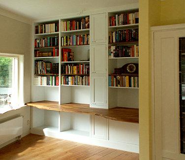 thumbnail witte ingebouwde boekenkast met werkblad van massief iroko